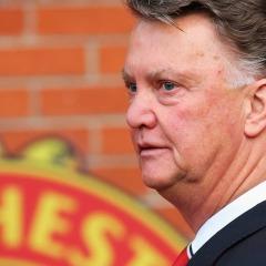 Manchester United taraftarları van Gaal'in kovulmasını kutluyor